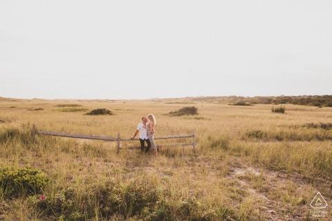 Fotógrafo de noivado em Surfside Beach Nantucket Island - Casal na praia a pé durante a sessão de noivado.