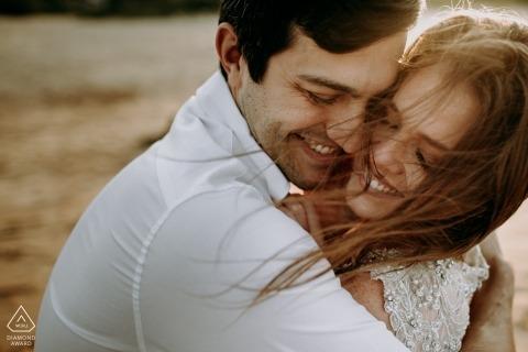 Verlobungsfotos von Praia do Rosa - Santa Catarina - Bild enthält: Paar, Umarmung, Glück, draußen, Lächeln