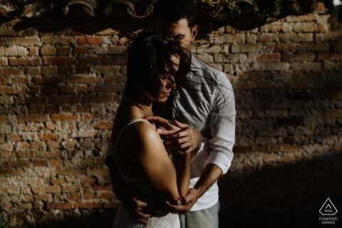 O Butia的订婚照片-阿雷格里港-南里奥格兰德州-肖像包含:砖块,墙壁,阴影,情侣,爱情