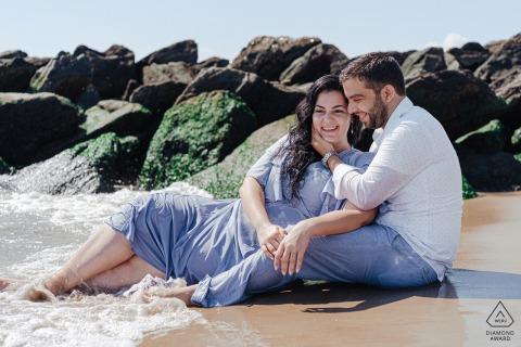 Verlobungsporträt aus Brighton Beach - Paar feiert ihre Verlobung an der Strandstraße, an der sie beide aufgewachsen sind, ohne einander zu kennen!