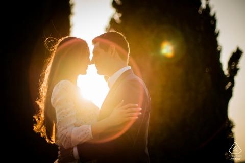 Zaręczynowy fotograf dla Borgo San felice, Siena | Flara magiczna obiektywu