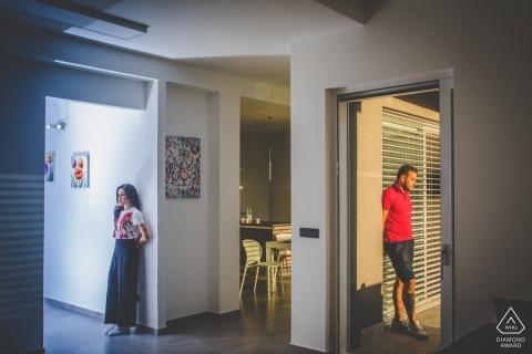 Fotografia zaręczynowa dla Siracusa - portret zawiera: dom, drzwi, para, zaręczynowy