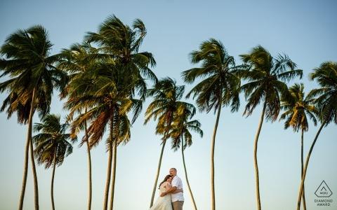 Verlobungsfotos aus Maceió, AL | Umarmungen zwischen den Kokospalmen des Familienstrandhauses