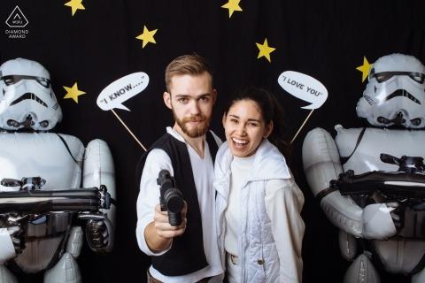 Photographe de fiançailles pour Washington - Dans une galaxie lointaine, lointaine ... Un couple est engagé à côté de Stormtroopers