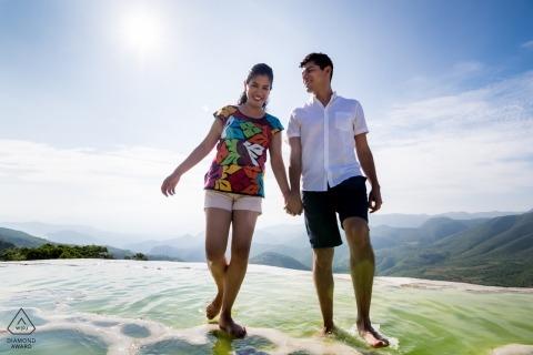 Verlobungsfotografie für Hierve el Agua, Oaxaca, Mexiko - Spaziergang durch die natürlichen Schwefelquellen von Hierve el Agua Oaxaca.