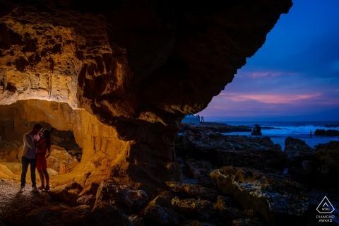 Zaręczynowy fotograf dla Walencji - portret zawiera: jaskinię, wieczorne niebo, plażę, parę