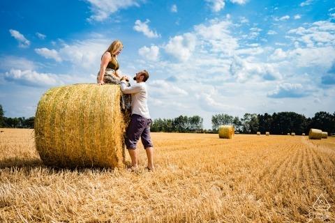 Betrokkenheidsfoto's uit Kirchhorst, Duitsland | Summer Engagement Session die de liefde van het paar voor het buitenleven omvat