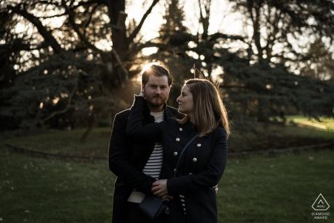 Betrokkenheidsfotograaf voor Rennes, Frankrijk - Pre-wedding Afbeelding bevat: paar, portret, bomen, gras, park