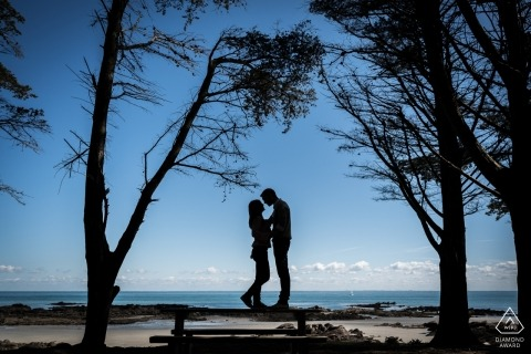 Betrokkenheidsfotografie voor het eiland Yeu, Frankrijk - Afbeelding bevat: strand, zand, bomen, silhouet, paar, verloofd