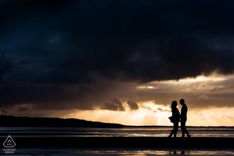 Retrato de noivado de Texel na Holanda - silhueta ao pôr do sol