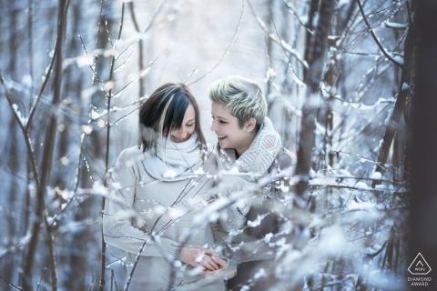 奥地利格拉茨附近森林中的第一场雪期间,塔尔·格拉格拉茨的订婚摄影