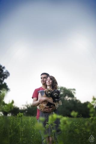 格拉茨的订婚肖像| 在夏日的阳光下的年轻夫妇