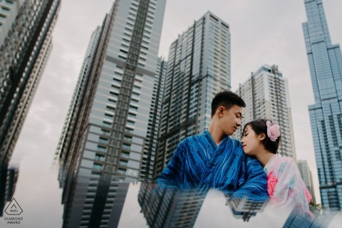 Photos de fiançailles de Ho Chi Minh Ville - Image contient: ville, bâtiments, urbain, reflet