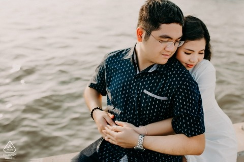 Verlobungsfotograf für Ho Chi Minh Stadt - Porträt enthält: Umarmung, Paar, Wasser