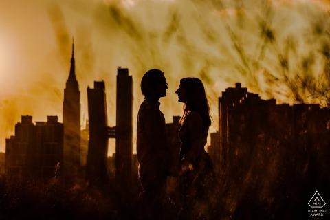 Verlobungsfotos aus New York City - Gantry Plaza State Park - Paarporträt mit Blick auf Manhattan