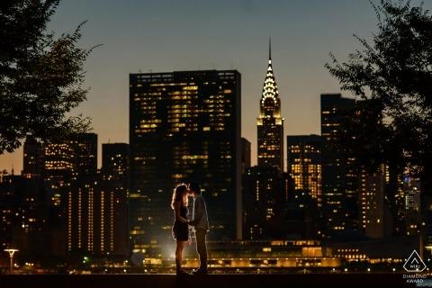 Fotografo di fidanzamento per Manhattan, NYC - Gantry Plaza State Park - Ritratto di coppia con vista notturna di Manhattan