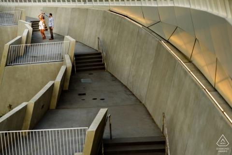 Portret zaręczynowy z Gantry Plaza State Park - Fotografia pary tańczącej na schodach:
