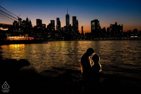 Photos de fiançailles de New York - Portrait chez Dumbo, Brooklyn - Portrait de nuit d'un couple
