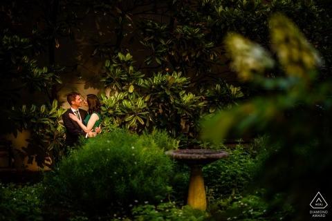 Zaręczynowy fotograf z Nowego Jorku - Nowy Jork, miasto Tudor - portret pary w ogrodzie