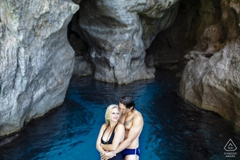 Egadi Island - Sizilien Pre-Wedding Photographer: Romantische Umarmung während der Verlobungsfotosession in Marettimo