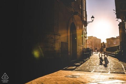 Siracusa-middagportretten van een paar in de zonovergoten straten