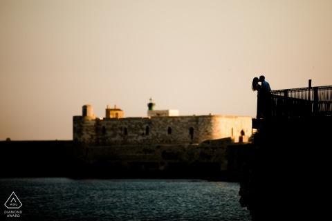 Siracusa-paar bij het water bij zonsondergang voor verlovingsportret