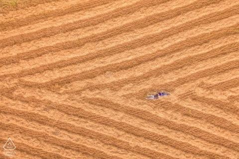 Siracusa engagement shoot - Drone fotografie van een paar liggend in het veld