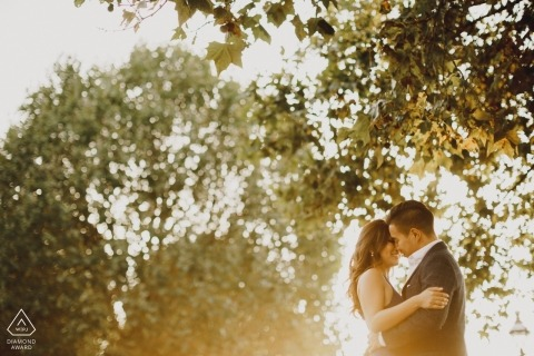 London couple kissing portraits - engagement photography in the sun