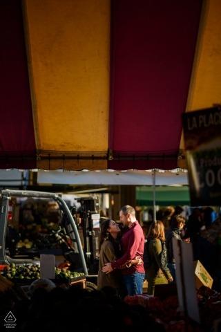 Jean-Talon Market in Montreal, Quebec verlovingsfoto van omhelzend stel, omlijst door de tenten van de boerenmarkt