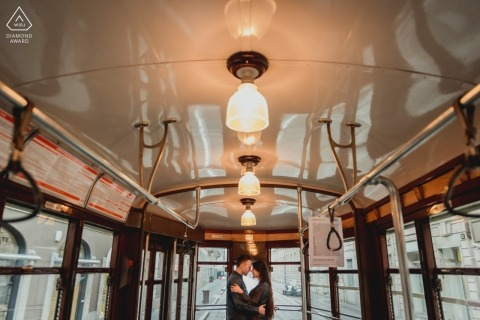 Milaan engagement fotografie van binnenuit oude bus