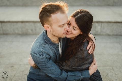 Milaan paar omarmen in warm licht tijdens engagement shoot