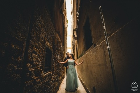 Pre-wedding portraits in the narrow streets of Italy