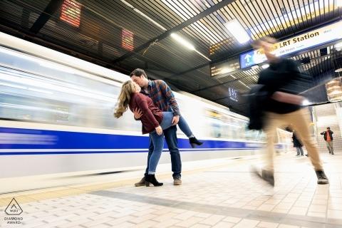Edmonton, Alberta Paar küsst sich, während der Zug während der Porträtfotosession vorbeifährt