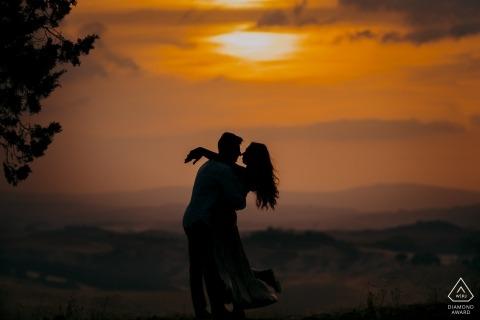 Toskana, eine romantische Umarmung bei Sonnenuntergang in Siena während des Verlobungsporträttriebs