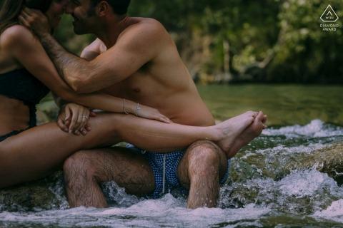 Verlobungsfotosession in der Toskana, Fluss Merse im Wasser