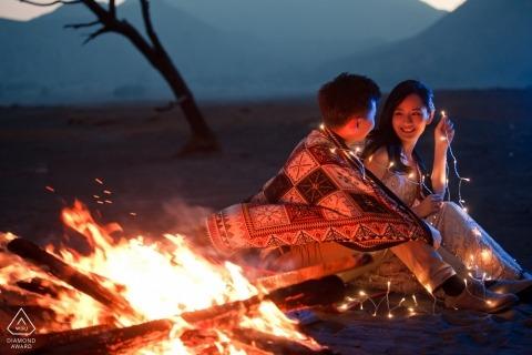 Mont Bromo, Indonésie Portraits de pré-mariage | Feu de camp pour le couple