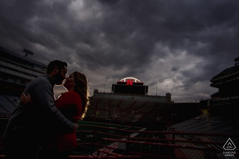 Lincoln NE Engagement-sessie in Memorial Stadium | Koppel portretten met een licht