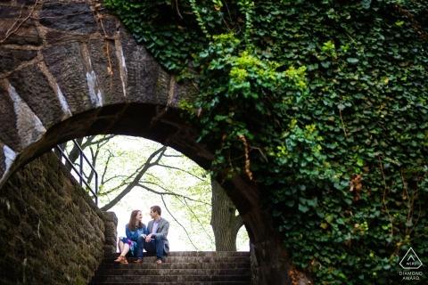 Fort Tyron Park, Nueva York Sesión de compromiso bajo el arco de hiedra