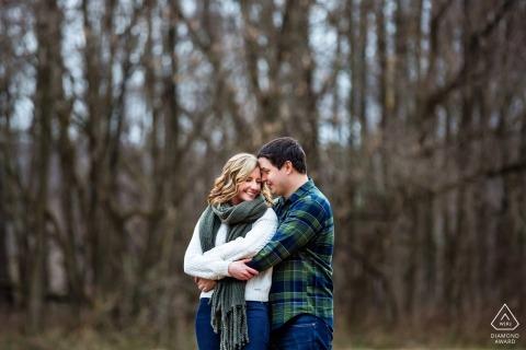 Sesión de compromiso de invierno de Frenchtown, Nueva Jersey en los árboles desnudos
