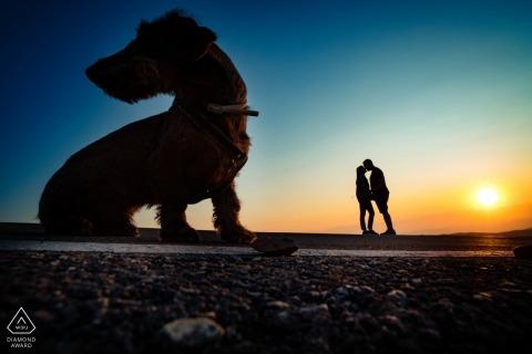Arcos de las Salinas Tournage de fiançailles au coucher du soleil avec un chien