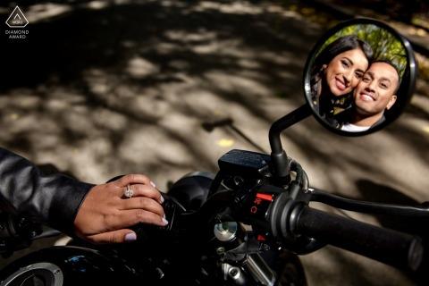 Paare Chicagos, IL reflektierten sich im Motorradspiegel - Verpflichtungssitzung mit Ringdetail und -fahrrad