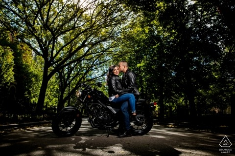 Chicago, IL Sesión de compromiso con una pareja en una motocicleta