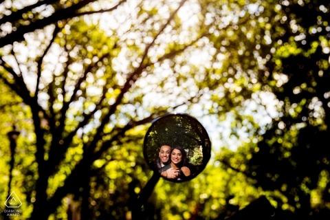 Chicago, IL Sesión de compromiso usando un espejo de motocicleta en los árboles
