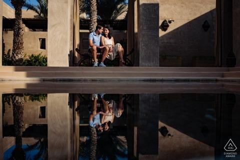 Bab Al Shams Resort, Dubai Foto de compromiso de una pareja relajándose junto al agua