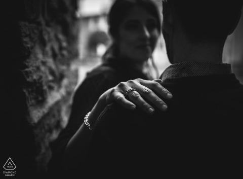 Fotograf vor der Hochzeit in Liguria Bolano: Sie und ich - Ring Detailporträt in Schwarzweiß