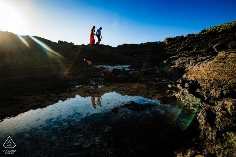 Wailea-, Maui-, Hawaii-Porträts - Schattenbildreflexionen auf den Felsen während der Verlobungsfotoaufnahme