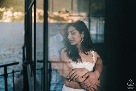 compromiso previo a la boda en el lago de Como - retratos de parejas con reflejos de vidrio