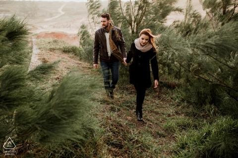 Laguna - Santa Catarina Pre Wedding Session - Paar auf einer gemütlichen Wanderung auf dem Trail