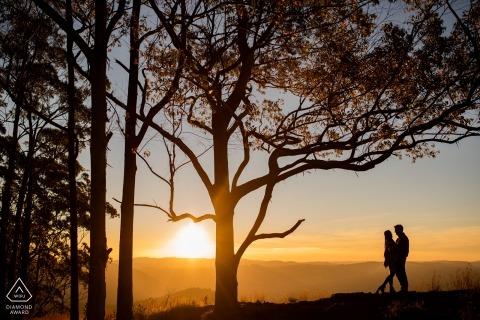 Poços de Caldas - Minas Gerais Engagement Photography | Paar dat aard onderzoekt bij zonsondergang