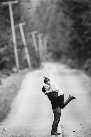Carbonado, WA Betrokkenheid Portretsessie - Meisje springt in de armen van vriendje